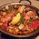 ロス・ピンチョス - 魚介のパエリア。ド・定番です。美味しいです。