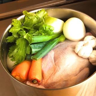 """""""究極の味""""を追求。三日三晩かけて取った鶏出汁で作る鉄板料理"""