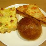 丸星堂 - 料理写真:ジャガイモベーコンタルティーヌ、ミートスパゲティ、オリーブオイル焼カレーパン