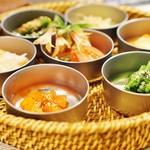 83204321 - 季節野菜のキムチ、ナムル盛り