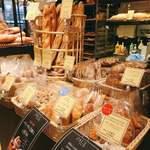 PAUL - お店でパッと目を惹く、バゲット類。こちらのバゲットを使ったサンドイッチも人気商品。