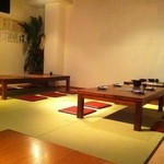 博多もつ鍋二十四 - 意外と広い。手前にテーブル席で奥にお座敷がある。両方ともTVがある。