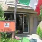 トラットリア イルモネッロ - イタリア旗が目印