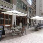 肉ビストロ&クラフトビール ランプラント - お店の前のテラス席