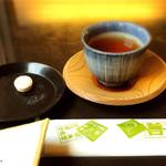 83222956 - 無料のほうじ茶とお菓子