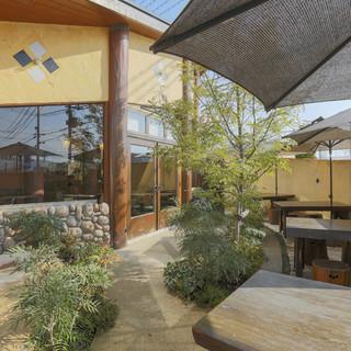 オープンカフェ気分を味わえる庭のテラス席
