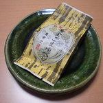 """萬楽堂 - 石巻名物""""黄金ごまゆべし""""の外装。"""