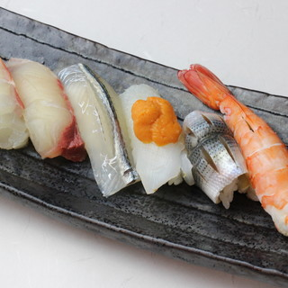 """旬魚を使ったお寿司は日替わり◎季節限定の""""鯖寿司""""も人気"""