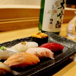 産地にこだわる魚は絶品の寿司に。日本酒との相性も抜群です◎