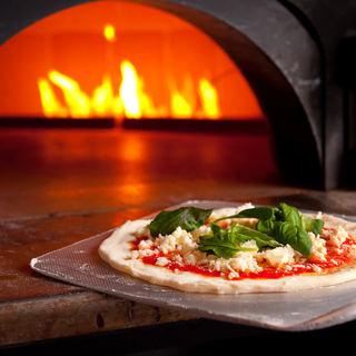 モチモチ食感がたまらない、薪窯で焼き上げる本格ナポリピッツァ