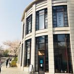 東京赤坂 やぶそば - 1Fのカフェみたいに全面ガラス張りなら、もっと開放的な空間だったのにな。こちらの2Fが「やぶそば」さんの店舗。