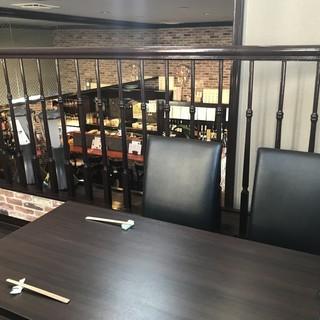 テーブル、カウンター、半個室と多彩なお席でお迎えいたします