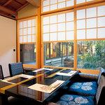 鳥銀風月 - お庭沿いのお部屋では、雪見障子越しにお庭を眺めながらお食事をして頂けます。