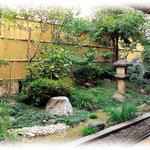 鳥銀風月 - 鳥銀風月の店内のお庭です。夜はライトアップされております。
