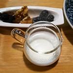 薬膳茶ソイビーンフラワー atきらら - 珈琲にはおやつ(くるみ、レーズンなどのドライフルーツ)が付いてきます
