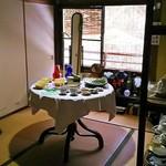 薬膳茶ソイビーンフラワー atきらら - 2階の部屋にもギャラリーがあります