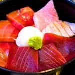 83262642 - まるで桜の花びらのよう♥️まぐろ丼 1380円