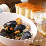 Rojoc - 数種類の貝の旨みが重なり合ったスープが絶品の『いろいろ貝の白ワイン蒸し』