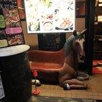 サクラ 馬ール - お店外馬が目印