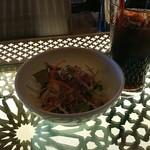 RIGOLETTO BAR AND GRILL - ランチのサラダ&ドリンク。逆光