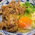 丸亀製麺 - ネギと醤油をセルフで。