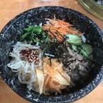 焼肉処 冠木門 - 料理写真:石焼きビビンバ(700円)