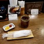 とんかつ 比呂野 - お茶とおしぼり、漬物