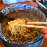 83282482 - 麺は中細の縮れ麺、濃厚な魚介系スープ、分厚くジューシーなチャーシュー。