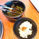 83282487 - 櫓そばと一緒に提供される、ニラの唐辛子和えと小鉢ご飯。