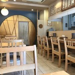 京都仕込みのかれーうどん 椿 - テーブル席、カウンター席ございます落ち着いた店内。