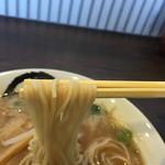 中華そば 村田商店 - 硬めのストレート麺。