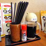 どんぶりブッチャー - 卓上に常備された七味唐辛子と丼タレ(2011年6月)