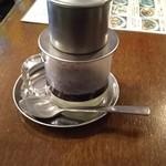 BIA HOI CHOP - ベトナムコーヒー(抽出中)