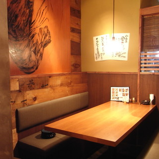 落ち着いた空間で美味しい料理とお酒を味わえます!