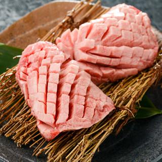 鮮度抜群の国産ホルモンと旨味たっぷりの赤身肉!