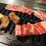 焼肉 白雲台 - お肉を焼いていきます