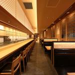 築地 すし好 - 天井も高く開放感があり、高級店にも見劣りしない上質な雰囲気です。