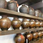 一保堂茶舗 喫茶室 嘉木 - この茶壷(甕?)が歴史です