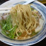 麺家 静 - 味噌そば(麺持ち上げ)