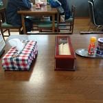 善助屋食堂 - テーブル