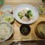 おぼんdeごはん - ご飯とお味噌汁は お代わりできます 〜♪あれ少ない〜)写真よりは 美味しかった σ(^_^;)?