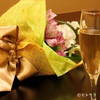 お祝いの席に花束やアニバーサリーケーキケーキが華を添える
