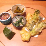 かま田 - 山菜の天ぷら、ホタルイカなど。