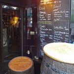恵比寿18番 - 立ち飲み用ワイン樽の奥にお店があります