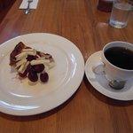 リーウェイ カフェ - チェリーのタルトとコーヒー