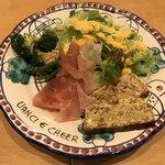 生ハム食べ放題500円 Pizzeria uanci_e_cheer - 前菜のイタリアンオムレツと生ハムのサラダ