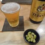 国分寺そば - エビスビール600円とお通しの秘伝大豆