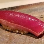 83341050 - ⑫赤身(長崎県壱岐産・120kg本鮪)                       ヅケが濃過ぎず、本鮪の味がキチンとする                       そして鮨が沈みます、                       ヨコワ(30kg未満の本鮪)が多くなるこの時期に、非常に状態の良い近海本鮪を頂けて嬉しいです♪