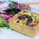 ローズベーカリー - 季節野菜のキッシュ グリーンサラダ付@税込1,380円