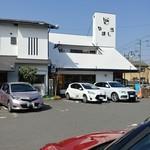 レストラン やましろ - 駐車場からお店の建物を見る。